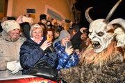 Muž v kostýme Krampusa počas pochodu čertov Krampus.
