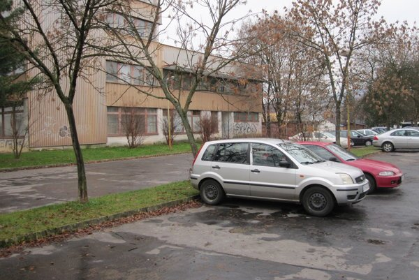 Majiteľ poškodeného auta sa už bojí na tomto parkovisku parkovať.
