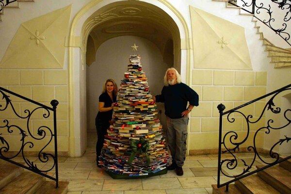 Tento nádherný stromček stojí v Štátnej vedeckej knižnici.