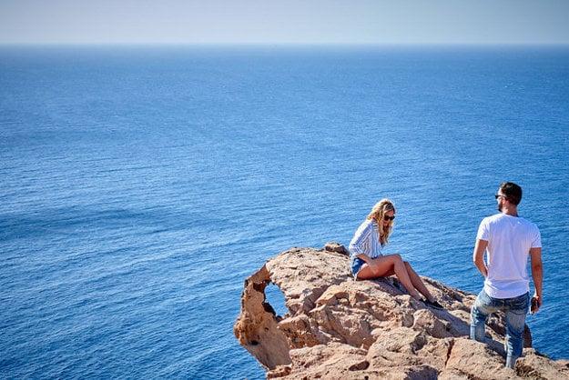 Na Santorini nájdete množstvo pôsobivých útesov.