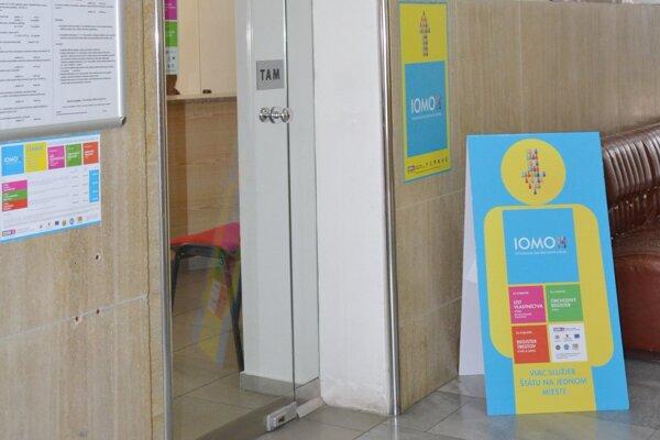 IOMO sa nachádza na prízemí mestského úradu.