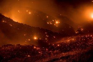 Mohutný lesný požiar Thomas ničí Národný park Los Padres pri kalifornskom Olai 8. decembra 2017.