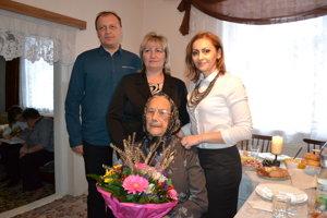 Oslávenkyňa so starostkou Andreou Kličovou (vľavo), zástupcom starostky Jaroslavom Šudíkom a vnučkou Mariannou Kličovou.