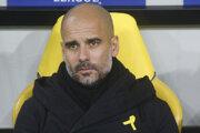 Josep Guardiola má na oblečení počas duelov žltú stužku.