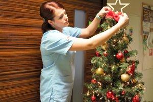Sestry pripravujú vianočnú výzdobu na chirurgickom oddelení.