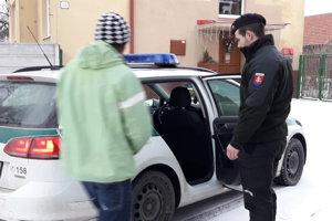 Polícia so zadržaným páchateľom.