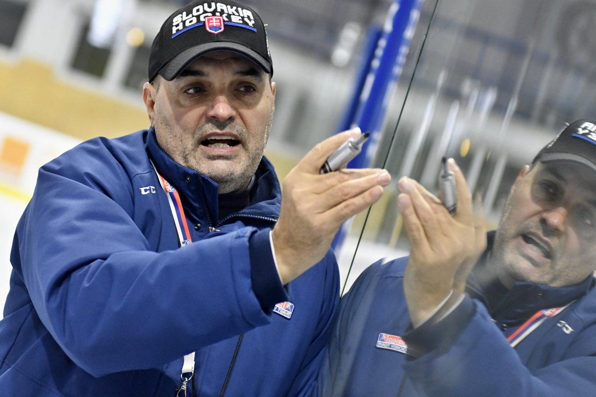 Tréner slovenskej hokejovej dvadsiatky Ernest Bokroš. 268b692dbb