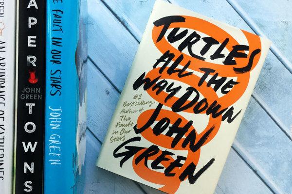 Nová kniha Johna Greena Turtles All the Way Down vyjde na jar v slovenčine.