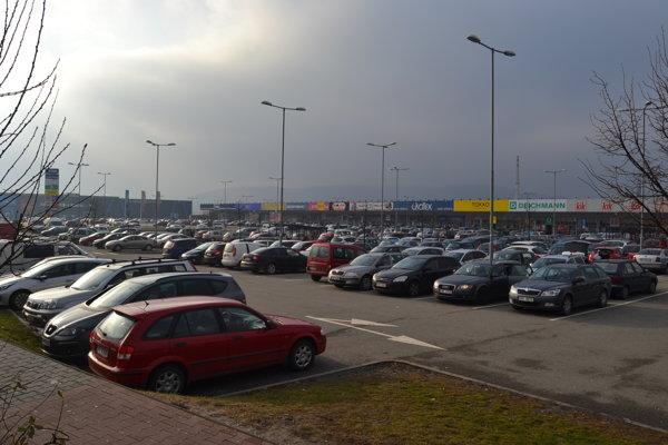 Návaly pretrvávajú. Pri obchodných centrách mali vodiči problém s parkovaním a parkovacie miesto museli hľadať aj niekoľko minút.