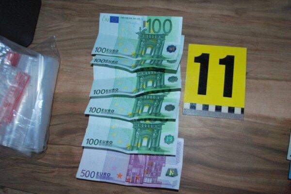 Policajti zaistili aj vyššiu sumu peňazí.