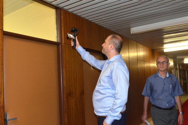 Zamknutá kancelária. Cez tieto dvere vošli novinári na tlačovku magistrátu. My ako oneskorenci sme mali smolu, aj keď Jaroslav Polaček vypátral, že sa koná tam. Vymkli nás.