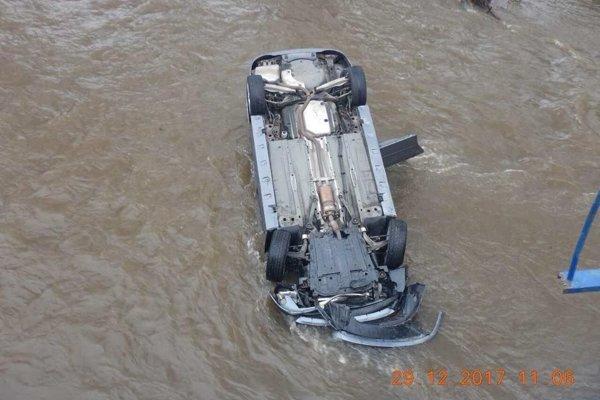Auto ostalo v rieke prevrátené.