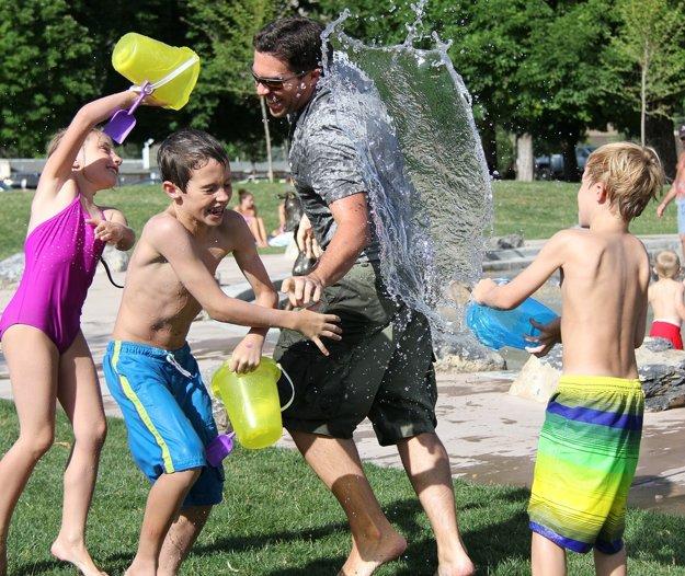 Za detské hry sa na dovolenke dospelí nemusia hanbiť.
