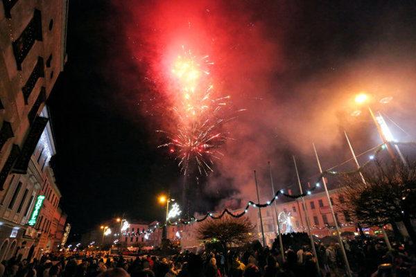 Nad Námestím SNP chystajú pyromuzikálny novoročný ohňostroj.