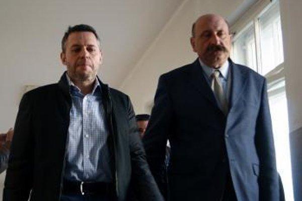 Vladimír Jánoš (vľavo)a advokát Ľubomír Hrežďovič.