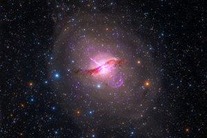 Galaxia Centaurus A patrí k najjasnejším na nočnej oblohe, známa aj pre výtrysk plazmy zo stredu. Odhaduje sa, že supermasívna čierna diera má hmotnosť 55 miliónov Sĺnk.