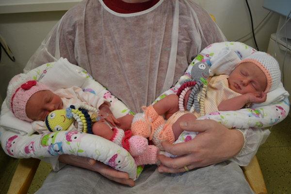 Ako malé princezné. Hanka (vpravo) prišla na svet o 4.12, Janka o 4.15 hodine.