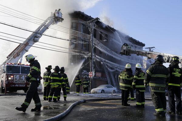 Pri požiari bytového domu v Bronxe sa zranilo 23 ľudí.