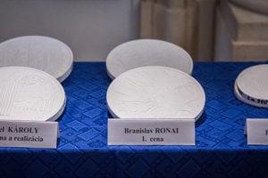 Sadrové odliatky návrhov pamätnej striebornej zberateľskej mince k 25. výročie vzniku SR v nominálnej hodnote 25 eur pri príležitosti prvého dňa predaja v priestoroch Primaciálneho paláca v Bratislave.