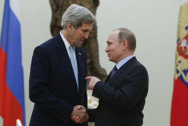Šéf americkej diplomacie John Kerry (vľavo) a ruský prezident Vladimír Putin.