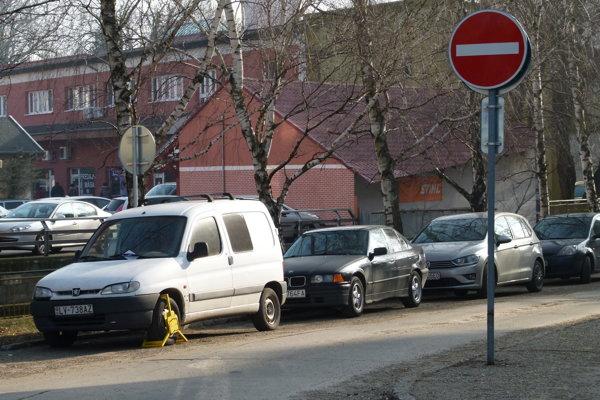 Nové parkovacie miesta majú vyriešiť kritickú situáciu na dvoch levických sídliskách.