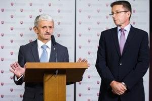 Zľava: Poslanci NR SR Mikuláš Dzurinda a Ivan Mikloš na TB, na ktorej oznámili ukončenie členstva v politickej strane SDKÚ-DS. Bratislava, 4. jún 2014.