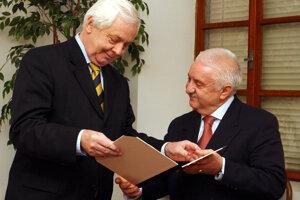 Minister kultúry Rudolf Chmel mu v roku  2004 odovzdal Cenu ministra kultúry SR.
