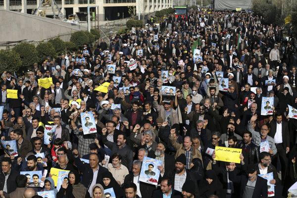 Časť z protestujúcich žiadala aj demisiu vlády.