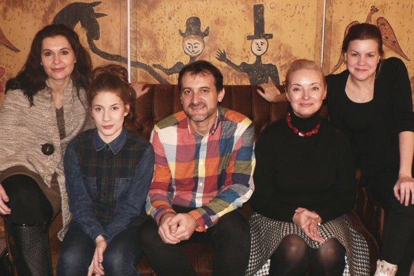 Protagonisti a tvorcovia hry - zľava Lenka Barilíková, Janka Kovalčíková, režisér Michal Spišák, Evka Pavlíková a Alenka Pajtinková.
