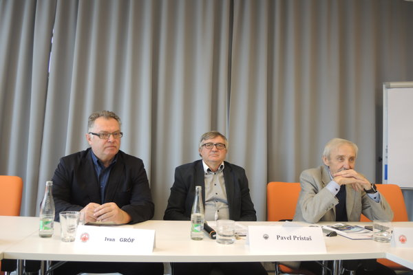 Ivan Gróf (vľavo) obhájil post predsedu ObFZ Trenčín.