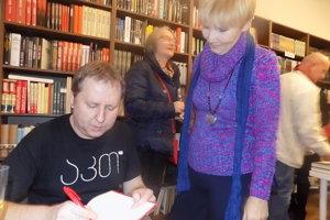 Vladimír Balla podpisuje svoju knihu.