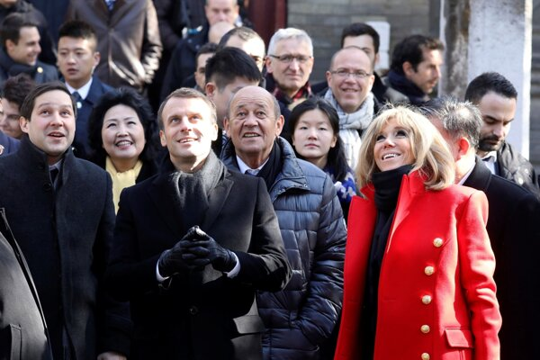 Francúzsky prezident Emmanuel Macron (v strede) počas návštevy Číny s manželkou Brigitte.