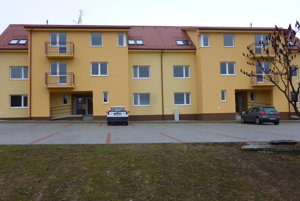 V Rudnianskej Lehote poskytuje bytový dom nájomné bývanie prevažne mladým rodinám.