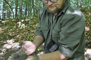 Jozef Stankoviansky počas leta na archeologickej lokalite.