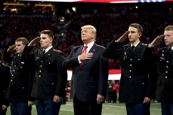 Donald Trump počas hymny pred futbalovým zápasom.