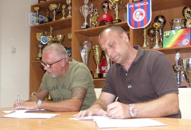 Ivan vrabec (vľavo) podpisuje zmluvu s FK Senica so zástupcom klubu Martinom Šnegoňom.