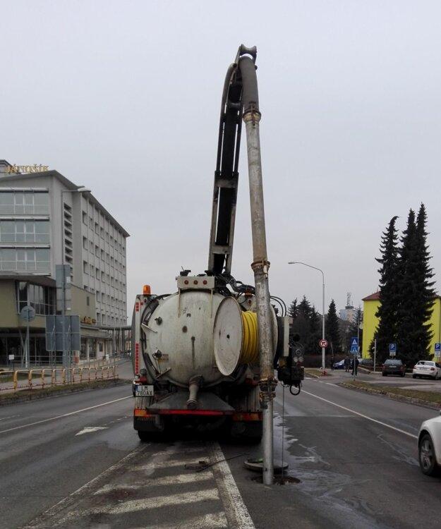 Na zisťovanie príčiny a jej odstraňovanie používa LVS špeciálne vozidlá.