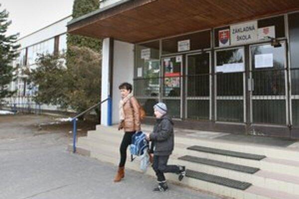 Kedysi boli na Slovensku preplnené triedy, dnes hovoria, že máme priveľa škôl.