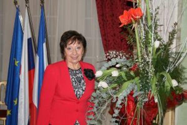 Doktorka Marta Tisovčíková pri preberaní vzácneho ocenenia