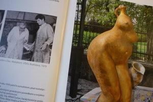 Dvojstrana zpublikácie Zradné lásky. Vľavo Milan Krajčo sdocentom Matejkom na pôde VŠVU vroku 1979, vpravo jeho dielo pod názvom Ťarchavá /fontána/.