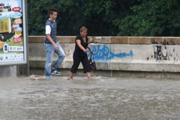 V lete 2010 stačil prívalový lejak a banskobystrické Štadlerovo nábrežie bolo pod vodou