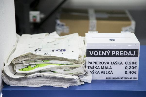 Výdaj tašiek v Alze skôr vyzerá tak, že ľudí nabáda na dobrovoľný príspevok, čo však už nie je predaj.