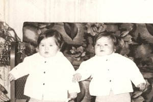 Z rodinného archívu Bartošovcov. Chlapci a ich identické úsmevy, výrazy a gestá.