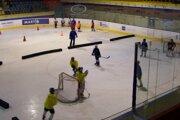 Mládež na tréningu. Ich chuť športovať nevyvažujú podmienky v zázemí štadióna.