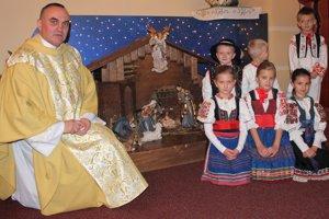Pri betleheme môžu rodičia deťom vysvetľovať udalosti zo Svätého písma.
