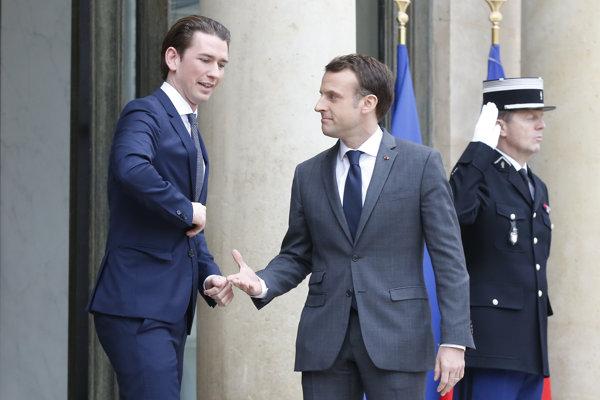 Rakúsky kancelár Sebastian Kurz (vľavo) a francúzsky prezident Emmanuel Macro sa vítajú pred Elyzejským palácom v Paríži.