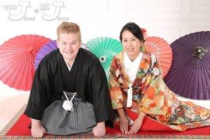 Mladý pár vo svadobných kimonách.