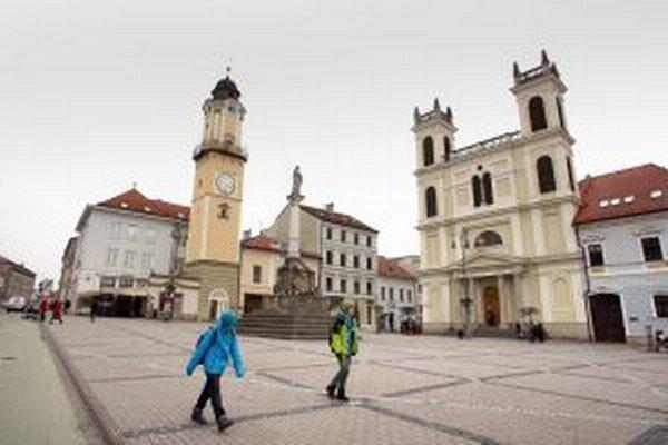 Trasu Trojkráľového večerného behu tvorí okruh prevažne historickým centrom Banskej Bystrice.