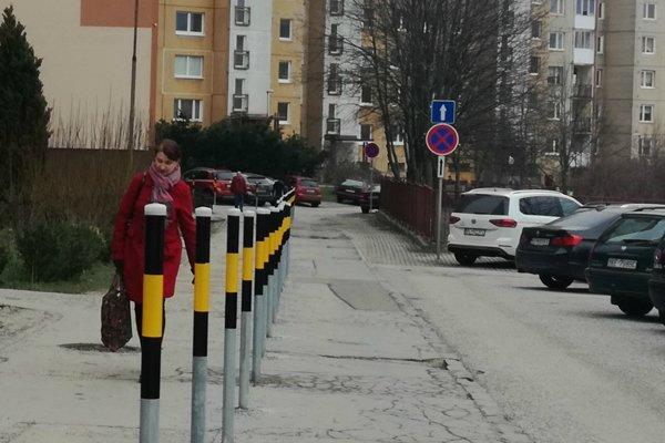Dopravné riešenie na Juhoslovanskej. Chodci sú chránení stĺpikmi, no nespokojní sú ďalší obyvatelia sídliska.
