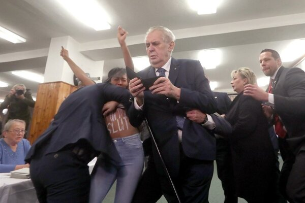 Zemana napadla aktivistka.